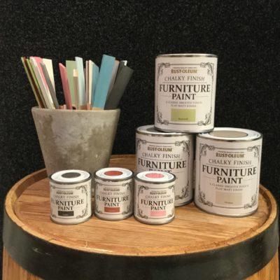 Rustoleum kalkfärg till både möbler, köksluckor, golv och vägg